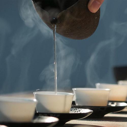 Tâm lặng như một chén trà