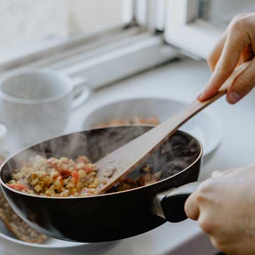 Lên kế hoạch nấu ăn để sống sót qua mùa giãn cách xã hội